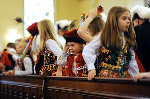 Children wear traditional Polish garb.