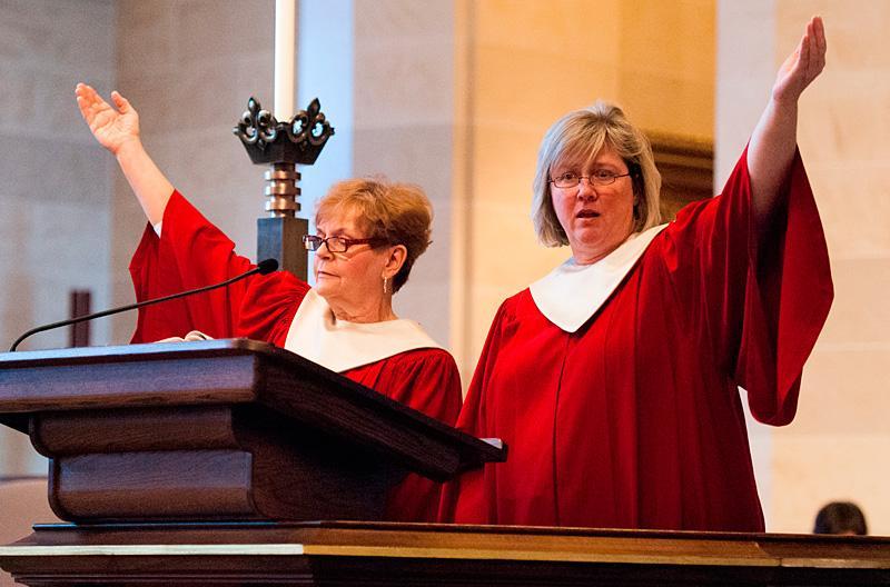 Nancy Sanzotta (L) & Sharon Herring sing.