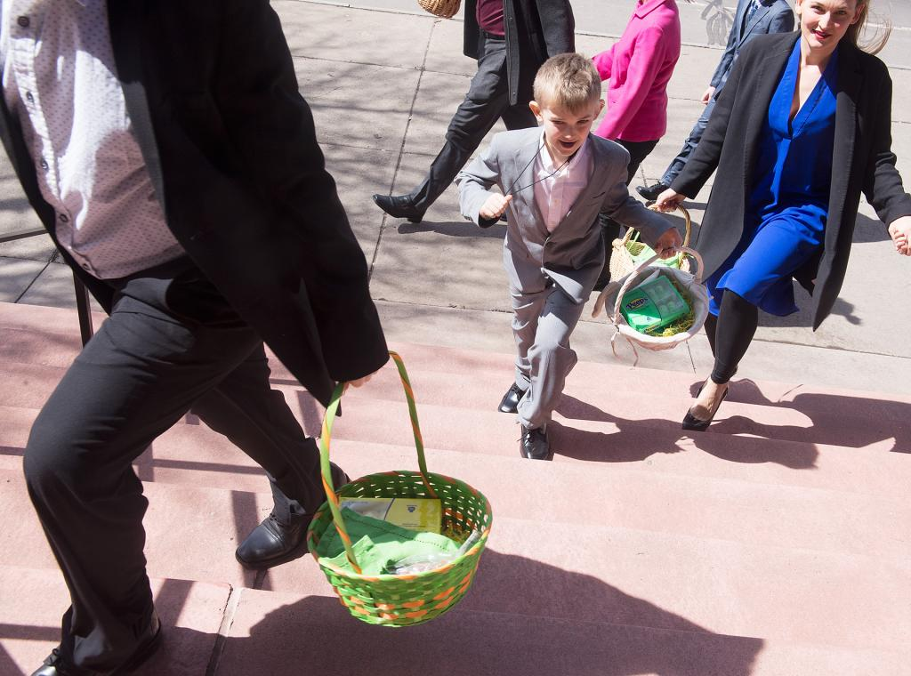 People make their way into St. Stanislaus Kostka Church for the annual blessing of Easter food March 31.<br />(Courier Photo by John Haeger)