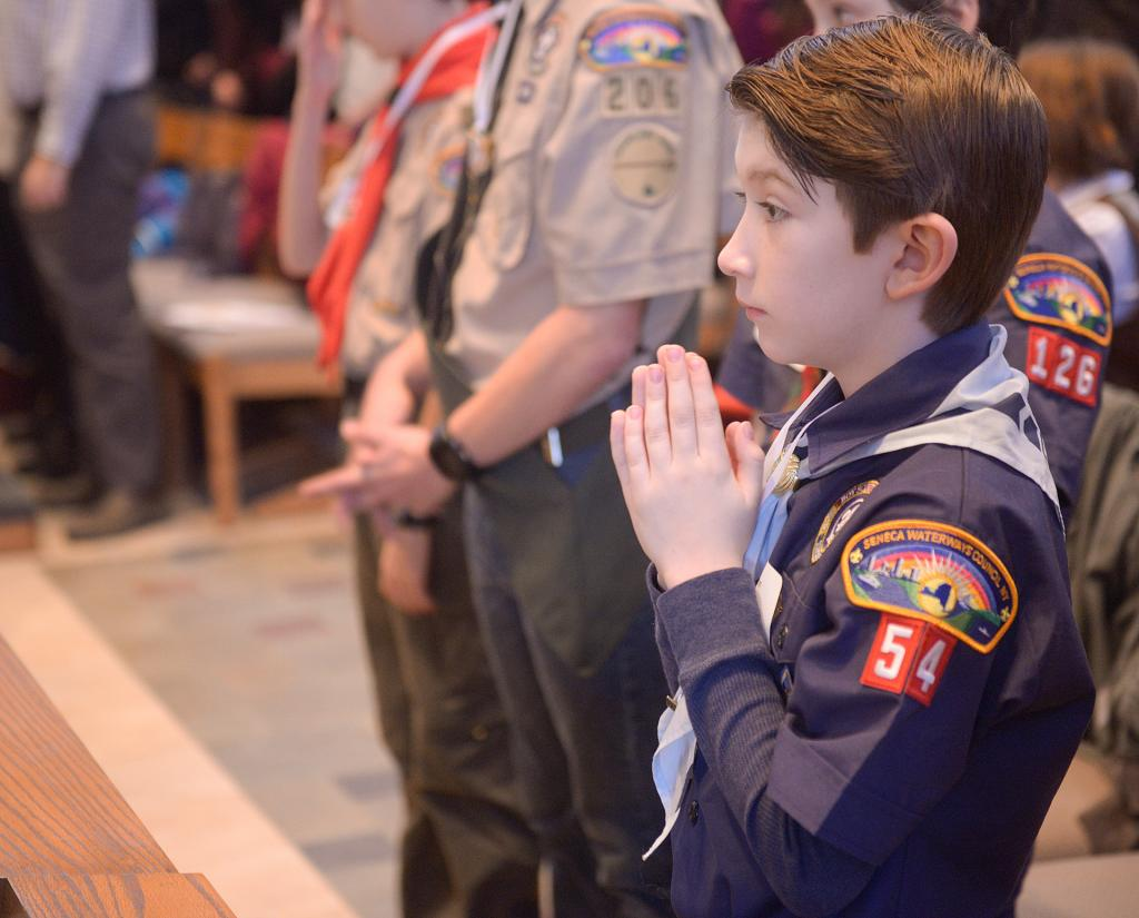 Vaughn Thompson prays during the service. (Courier photo by John Haeger)