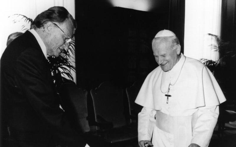 The Rev. Billy Graham and St. John Paul II are seen at the Vatican in 1990. Graham, best known for his televised evangelism broadcasts, died Feb. 21 at his home in North Carolina at age 99. (CNS files)