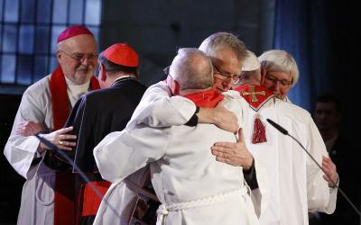 <p>The Rev. Martin Junge, general secretary of the Lutheran World Federation, embraces Bishop Munib Younan of the Evangelical Lutheran Church, president of the Lutheran World Federation (front center) during an ecumenical prayer service in Lund, Sweden. At right, Pope Francis embraces Archbishop Antje Jackelen, primate of the Lutheran Church in Sweden. (CNS photo by Paul Haring) </p>